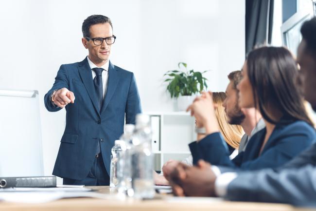Иностранец бизнесмен ведёт совещание в Германии