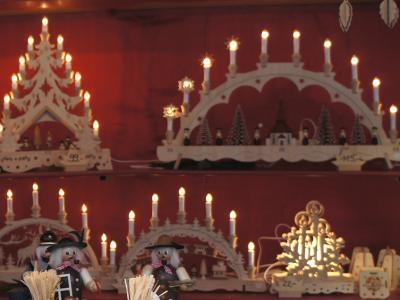 Дуга из свеч на подоконнике в Германии