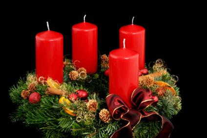 Рождественский венок из хвои с четырьмя свечами