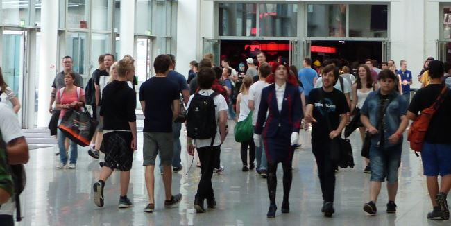 Молодые люди группой идут на мероприятие