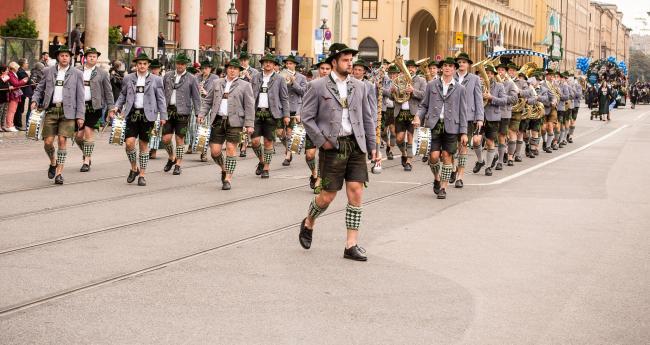 Мужчины на параде Октоберфест