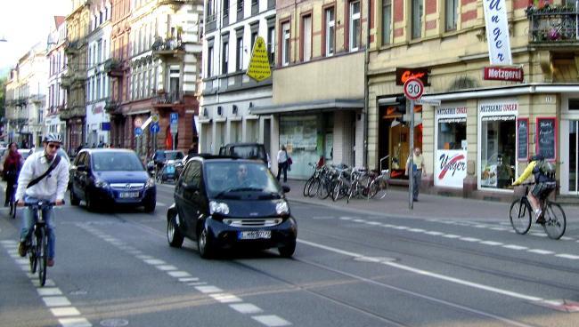 Велосипедисты на улице немецкого города
