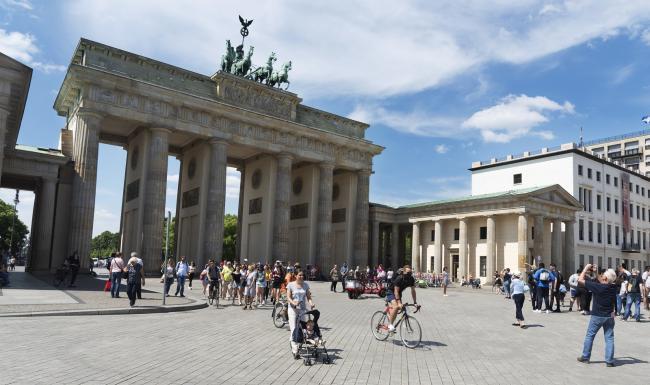 Берлин туристы у Бранденбургских ворот