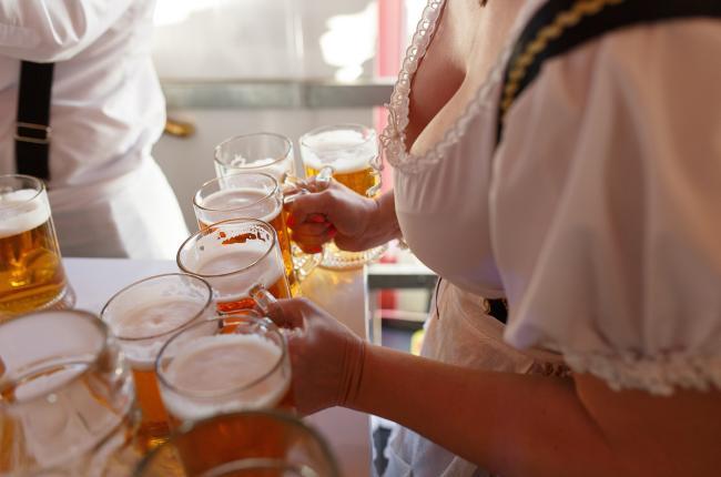 Разливают пиво в палатке Октоберфест