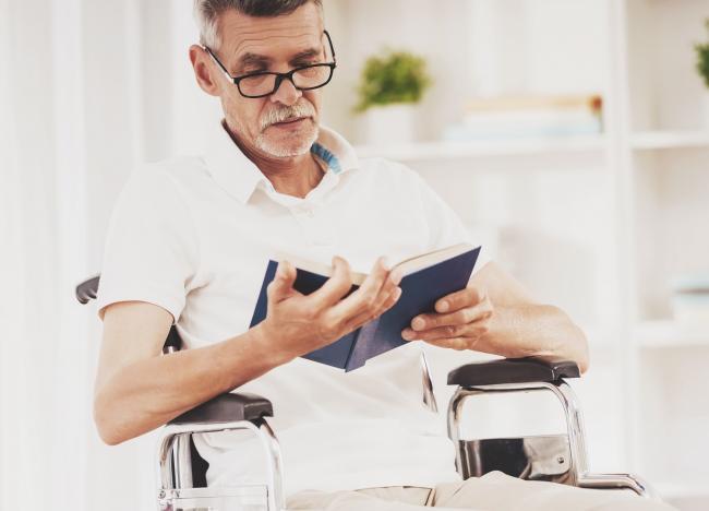 Пожилой человек в инвалидном кресле
