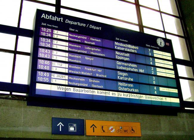 Электонное табло железнодорожного возкала Хайдельберг