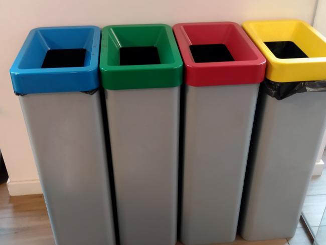 Несколько мусорок разного цвета в Германии