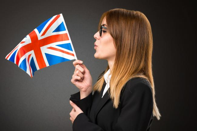 Немка с британским флагом