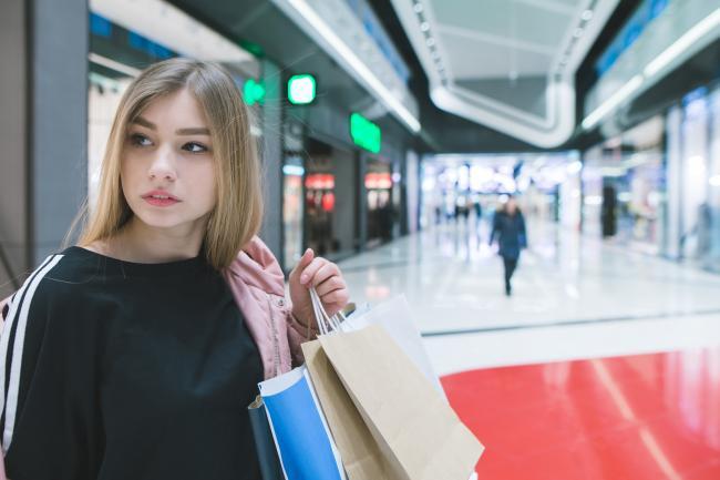 Девушка в торговом центре в Германии
